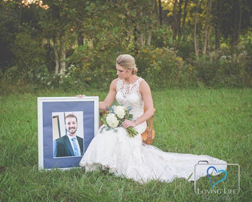 novia visita tumba